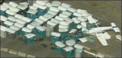 Flugzeugabsturz in Toilettenhäuschen